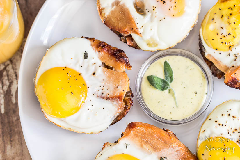 Æg- og kalkun-muffin med holladaise